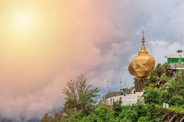 Золотая скала, пагода кьяйктийо, место паломничества буддистов в штате мон