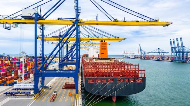 Терминал грузового корабля вида с воздуха, разгрузочный кран терминала грузового корабля, порт вида с воздуха промышленный с контейнерами и контейнеровоз.