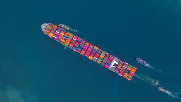 Контейнеровоз, перевозящих контейнер вид с воздуха, бизнес импорта и экспорта логистики и перевозки международных контейнеровозом в открытом море, с копией пространства.