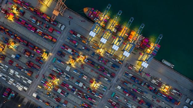 夜に働くコンテナー船、ビジネスインポートエクスポートロジスティックと輸送。