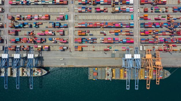 空撮貨物船ターミナル、貨物船ターミナルの荷降ろしクレーン。