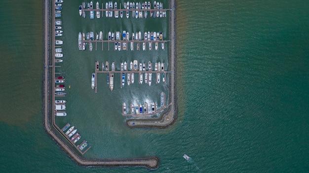 ヨットとボートの空撮はマリーナに停泊しました。