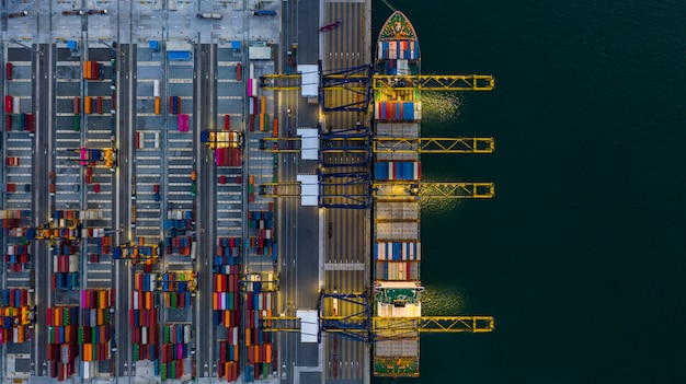 深海港でのコンテナ船の積み下ろし、ビジネスロジスティックのインポートとエクスポートの空中上面図