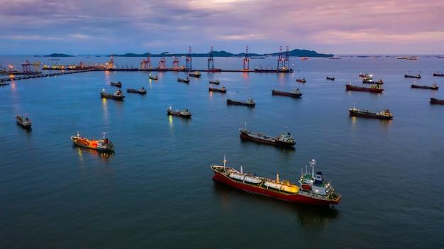 Нефтяной танкер и сжиженный нефтяной танкер, аэрофотоснимок танкера, нефтегазохимический танкер в открытом море, грузовой корабль нефтеперерабатывающей промышленности.