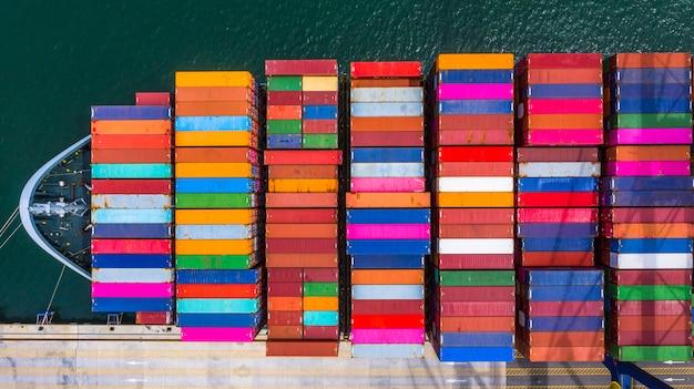 Погрузка и разгрузка контейнеровозов в глубоководном порту, вид сверху на бизнес-логистику, импорт и экспорт