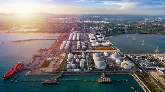 Аэрофотоснимок танкер и нефтехранилище нефтехимический терминал перевалки нефти