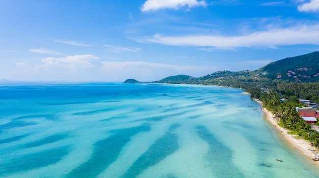 空撮熱帯の海とサムイ島、スラートターニー、タイの青い空。