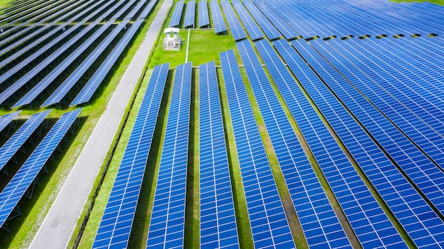 空撮ソーラーパネル、農村、タイの太陽エネルギーファーム。