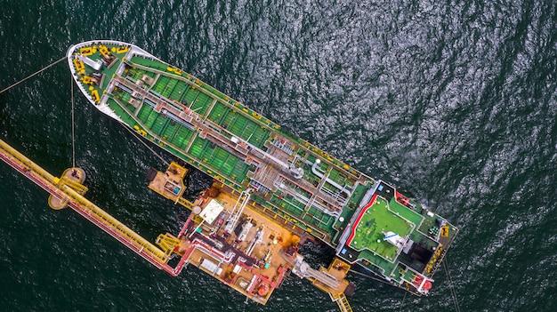 Танкерное судно логистического и транспортного бизнеса нефтегазовой отрасли в открытом море