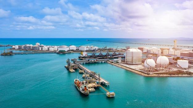 物流の準備ができている石油と天然ガスと石油化学製品の空撮白い貯蔵タンク