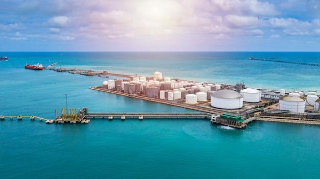 Аэрофотоснимок белый резервуар для хранения нефти и газа и продуктов нефтехимии готов к логистике
