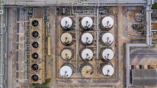 空中のトップビュー石油化学製品タンク、液体石油化学製品の貯蔵タンク。