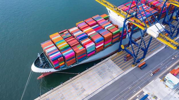 深海港でのコンテナ船の積み下ろし