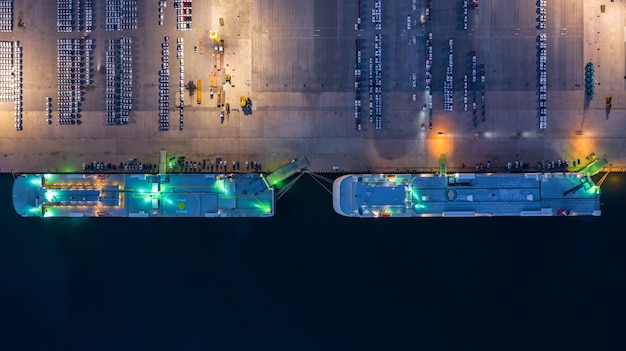 Вид с воздуха на грузовое судно и контейнеры