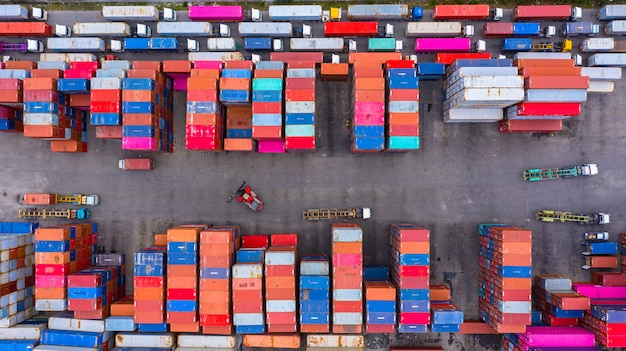 貨物コンテナースタックと出荷ヤードでのインポートおよびエクスポートの貨物貨物船から空撮産業コンテナーボックス。