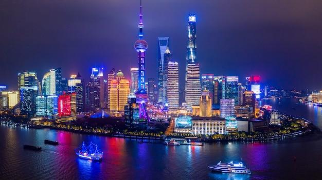 空撮上海市のスカイラインと高層ビル、黄浦江の中国の夜の上海近代都市。