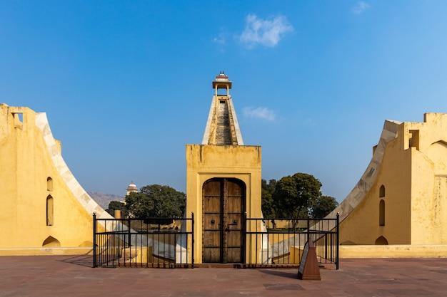 Джантар мантар, парк астрономической обсерватории, астрономические приборы в обсерватории джантар мантар, объект наследия юнеско, джайпур, раджастхан, индия.