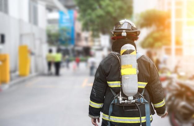 勤務中の消防士