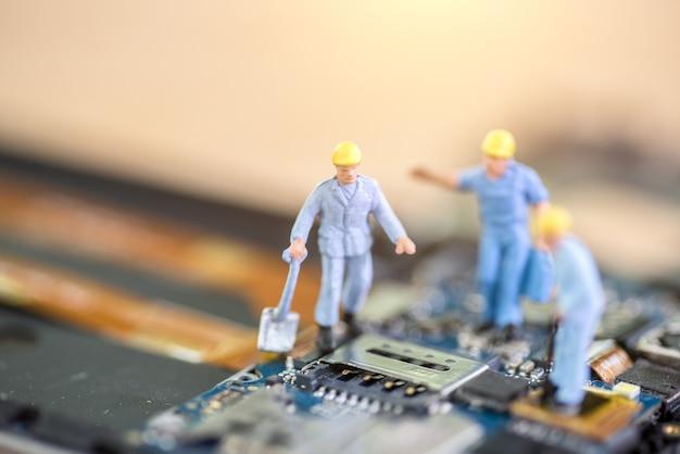 Миниатюрный рабочий, техник ремонт мобильный ремонтник