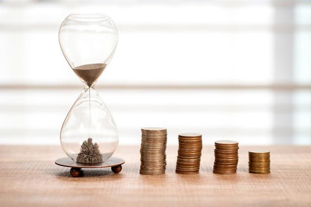 締め切りと時間は砂時計のお金の概念です