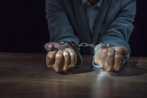州に詐欺のために逮捕されたビジネスマン