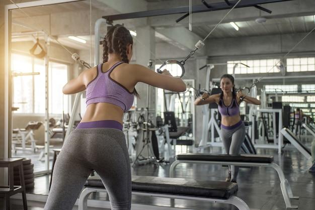ジムフィットネスで女性運動トレーニング