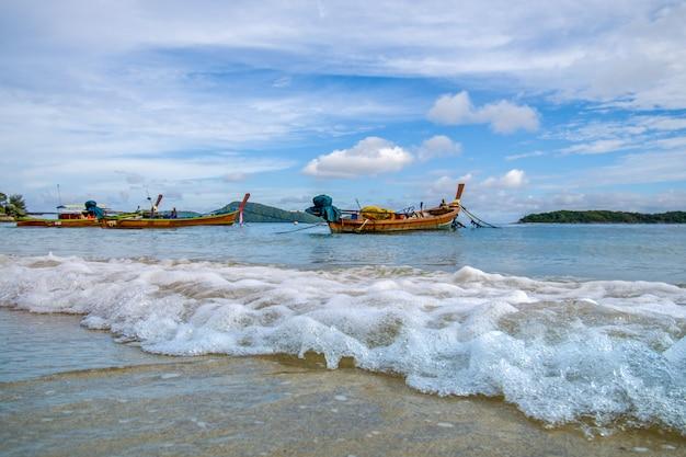 タイプーケットの海のビーチでカラフルな漁船