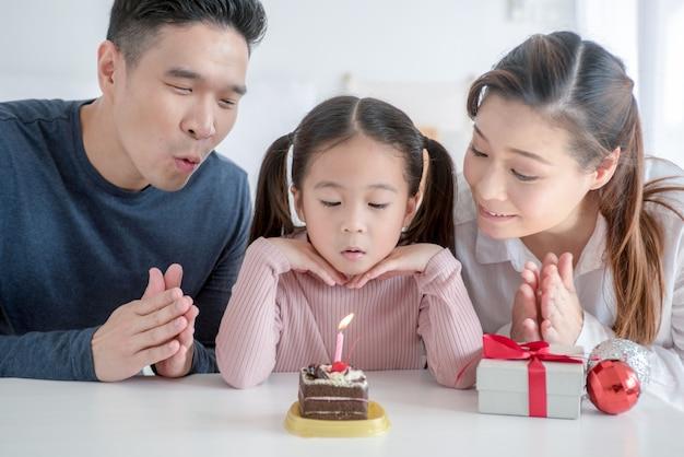 彼女の娘の最初の誕生日を祝っている若い親