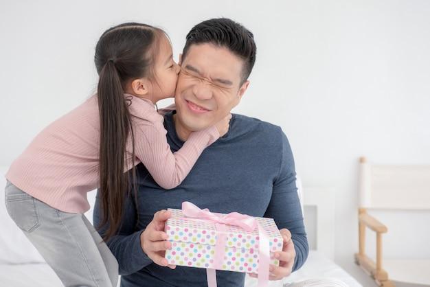 幸せな愛情のある家族と父の日。