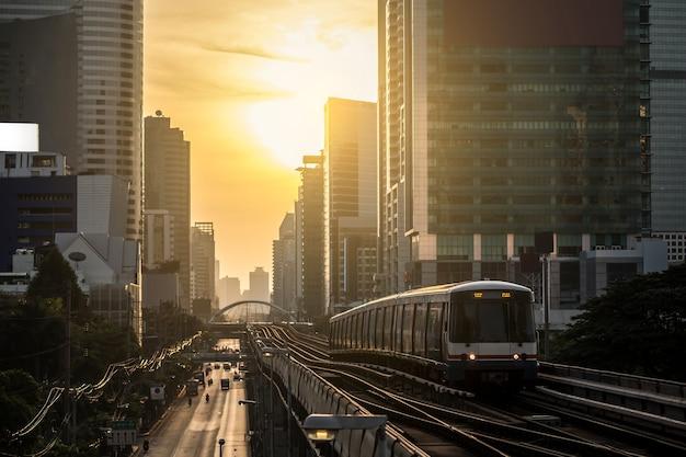 Современный поезд в бангкоке, таиланд