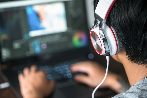 Видеомонтаж, компьютерные ноутбуки и наушники.
