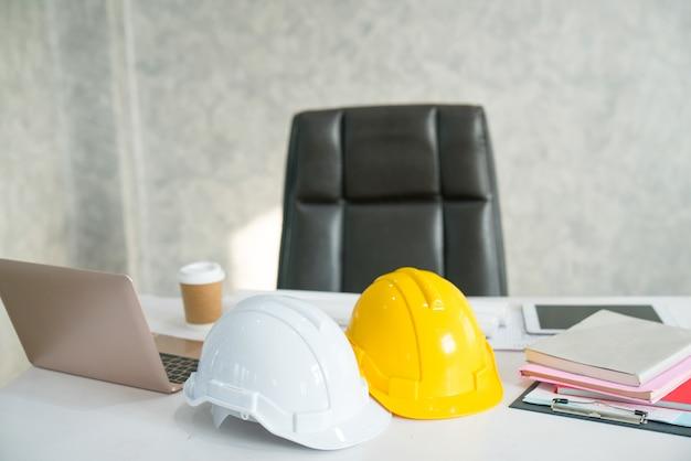 異なる職業を表すデスクのクローズアップ:建築家/建設/