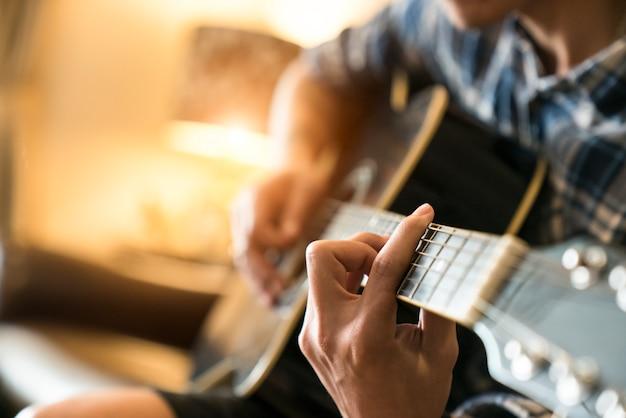 リラックスする:ホームでギターを弾く