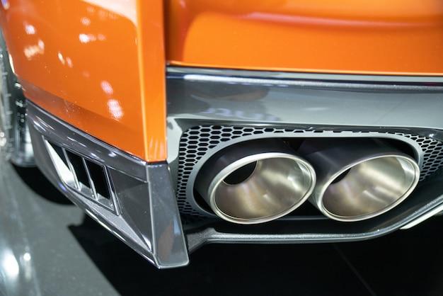 新車の排気管