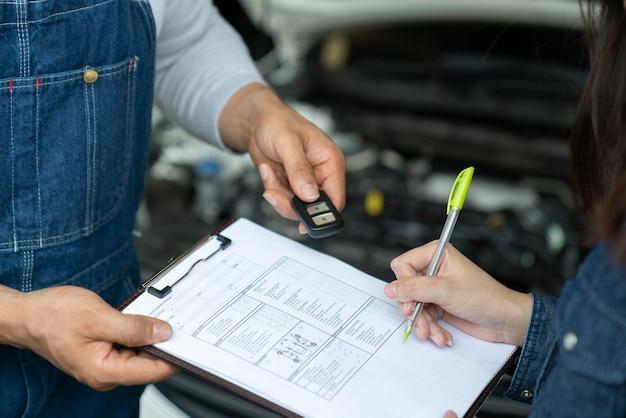 車のセールスマンは貸し手との取引をしています。