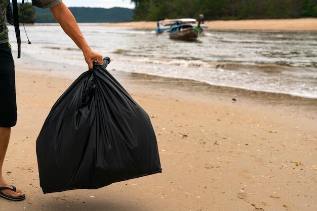 ビーチでごみを整えるボランティア