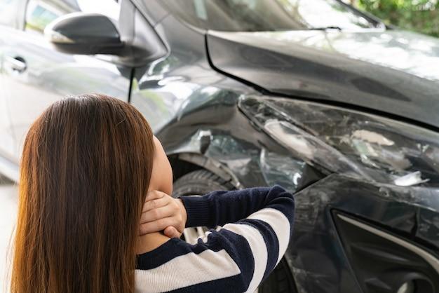 負傷した女性が車のクラッシュをした後に悪い