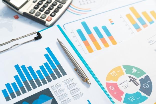 チャート。灰色の反射の背景にビジネスレポートと文書の山