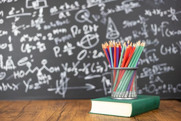 教育の概念または緑色の背景で学校に戻る
