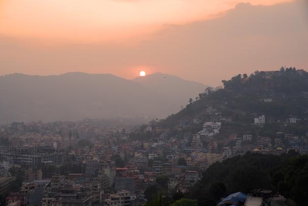 日没、ネパールのスワヤンブナート仏塔からカトマンズシティービュー