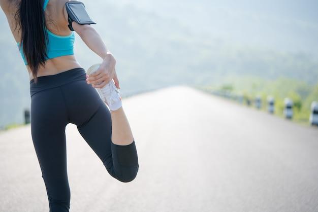 Делать упражнения на растяжку на закате