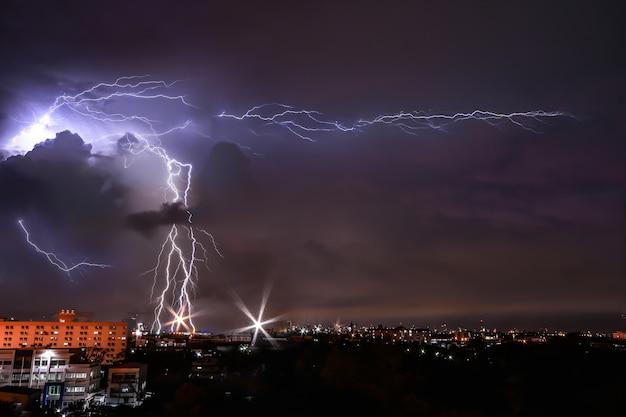 都市での建物の雷と嵐