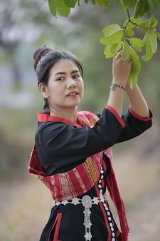プータイ衣装と緑の背景でアジアの女性