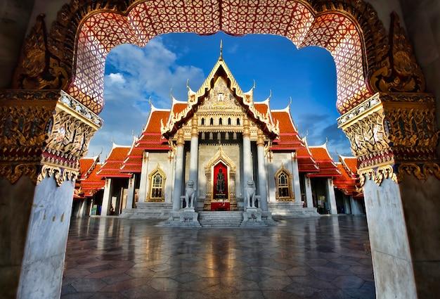 バンコクのワット・ベンジャマボルフィット大理石寺院