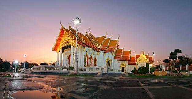 ワットベンチャマボピットバンコク、タイの夕暮れ時の大理石寺院