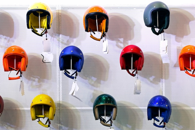 カラフルなヘルメット棚の上の店