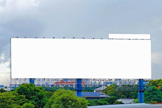 高速道路上の屋外広告ポスターのブランクの看板