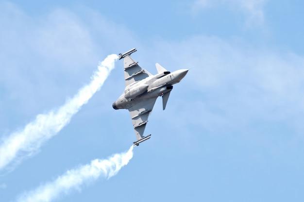 青い空に軍事戦闘機