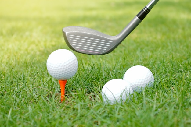 緑の芝生の上のゴルフクラブとゴルフボール