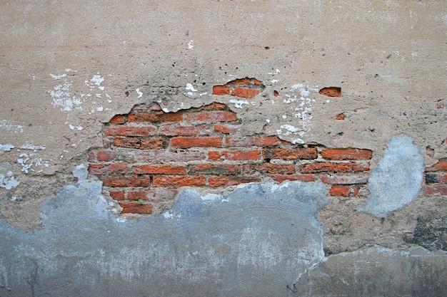 亀裂の背景を持つ古い壁